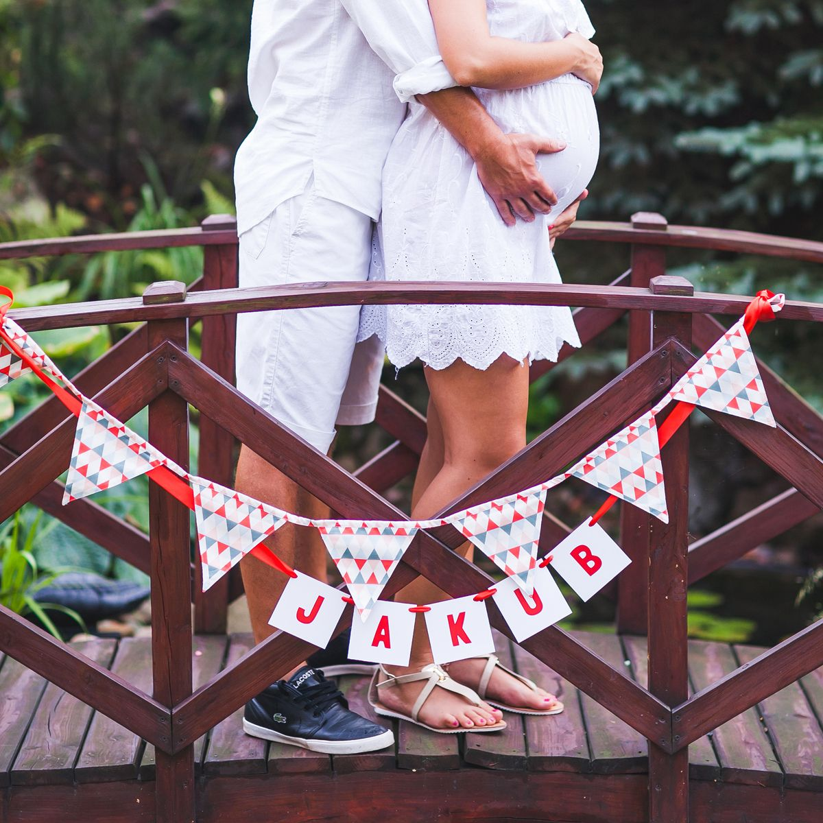 Beautiful couple expecting their son Jakub, lovely girland, Linna Morata fabric and photo by katarzyna-gabriela.pl #garland #pregnant #pattern #fabric