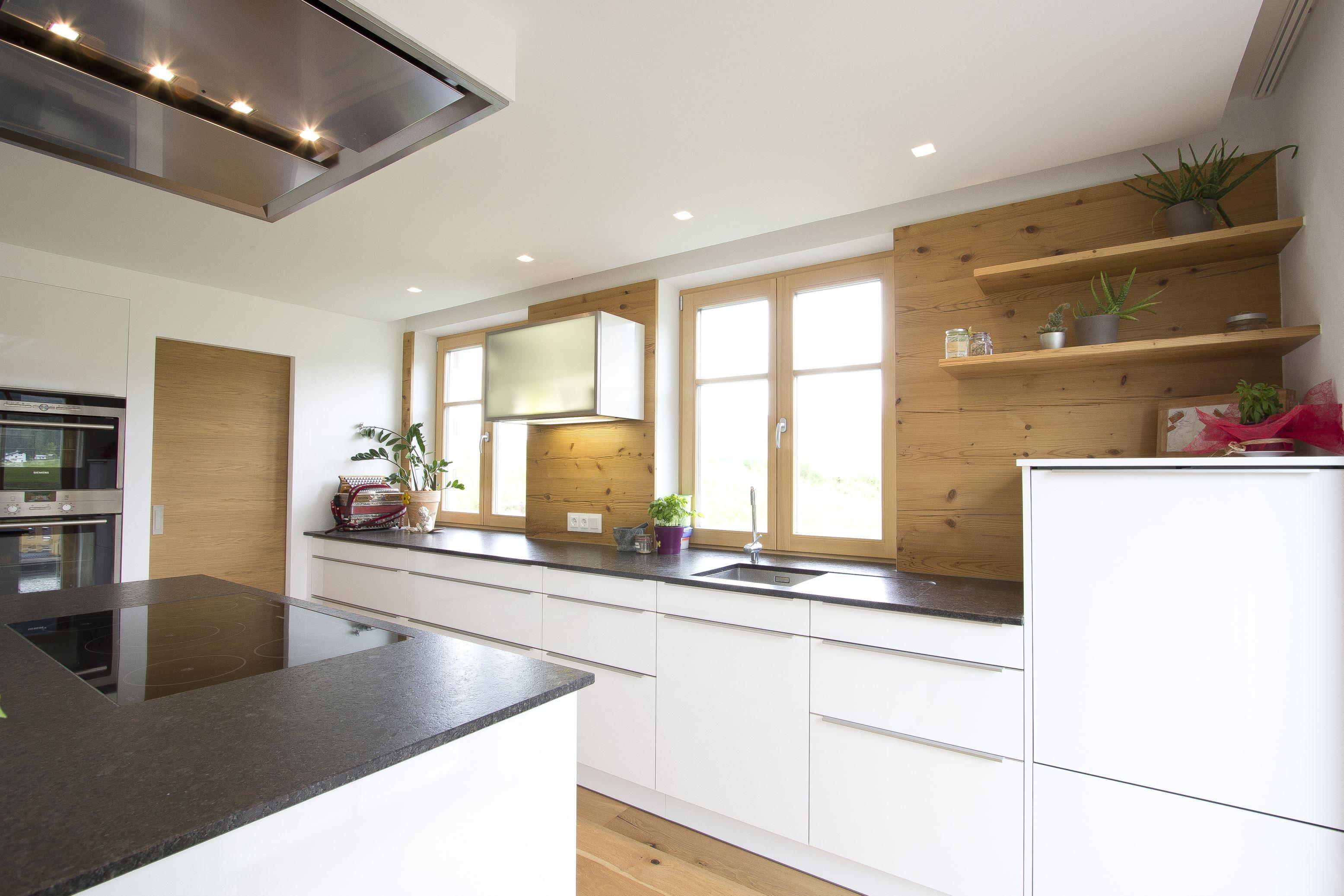 Regale aus Altholz, schwarze Steinarbeitsplatte | Küchen | Pinterest ...