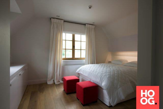 Moderne slaapkamer inrichting met houten vloer slaapkamer ideeën