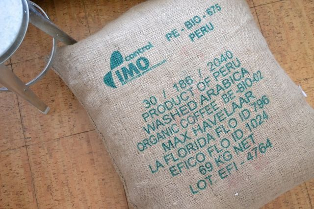 pouf en toile de jute r alis avec un sac de caf du p rou textile de maison pinterest. Black Bedroom Furniture Sets. Home Design Ideas