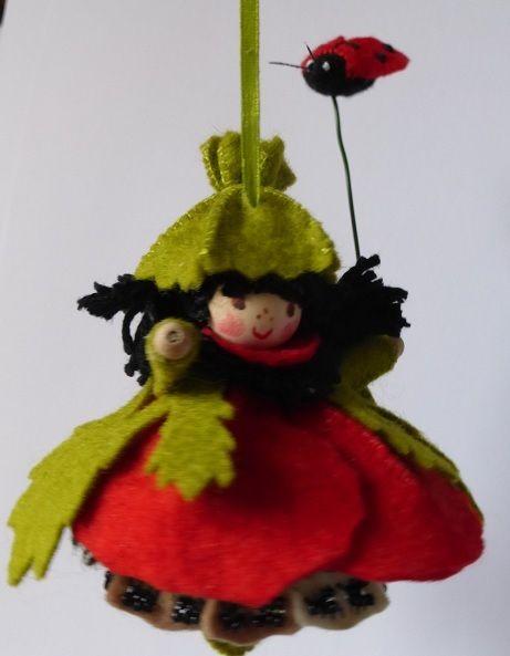 Klaproos hangertje Bij de zomer hoort natuurlijk een klaproos, versiert met mooie facet kraaltjes maakt dit popje helemaal af. In haar hand heeft ze een vliegend lieveheersbeestje