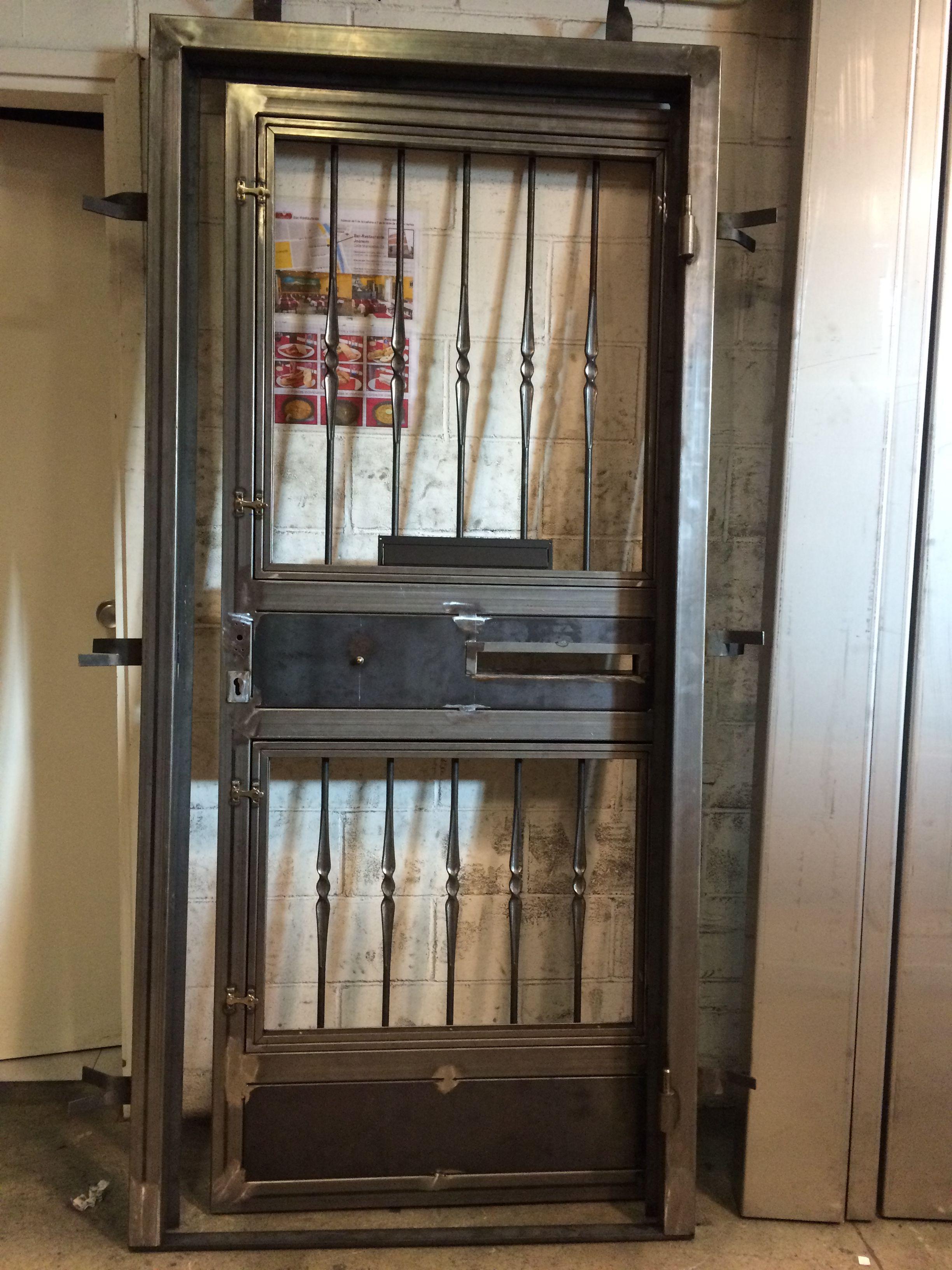 Puerta en hierro para vivienda particular. Preparada para llevar a ...