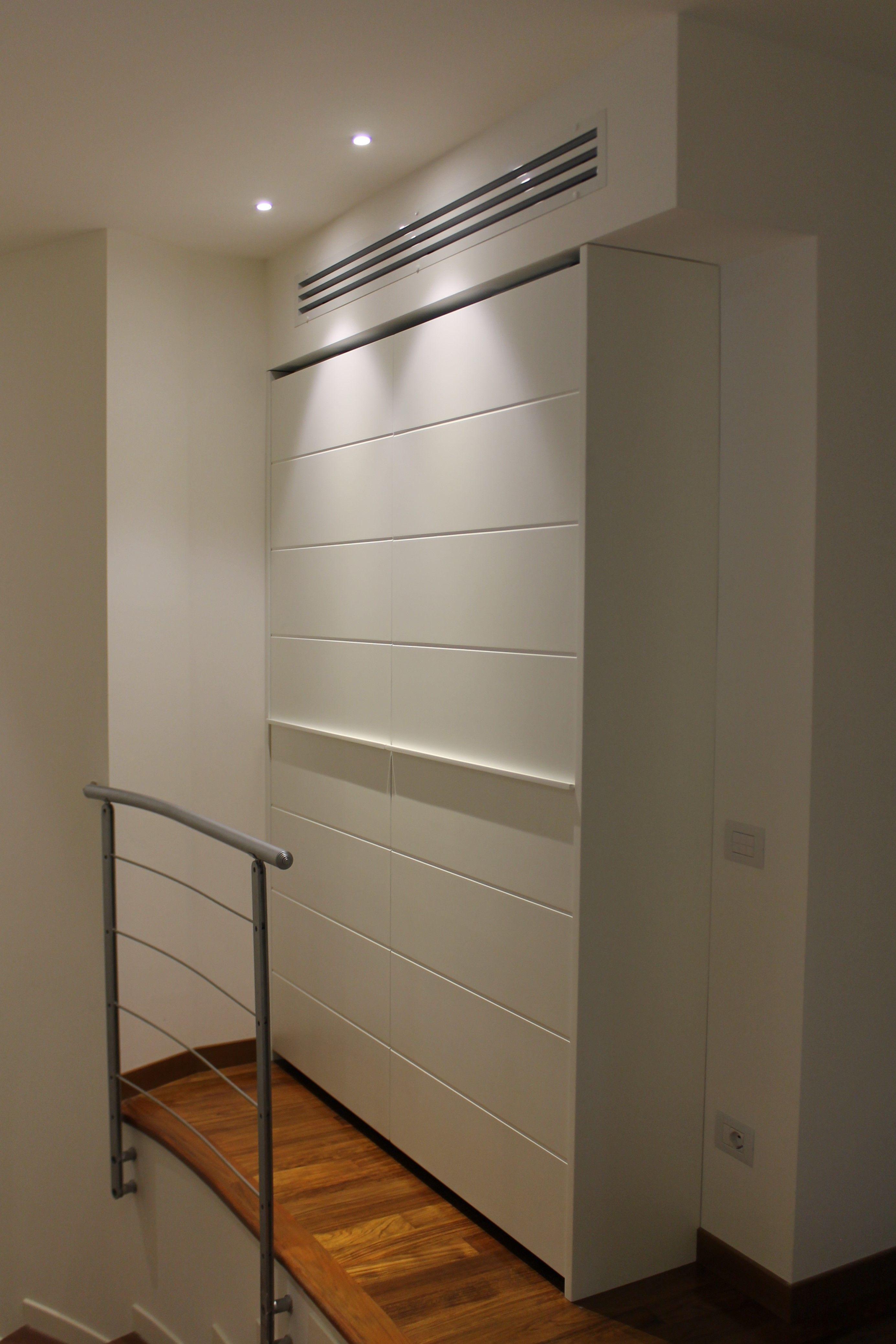 armadio ingresso ad ante scorrevoli complanari , laccato