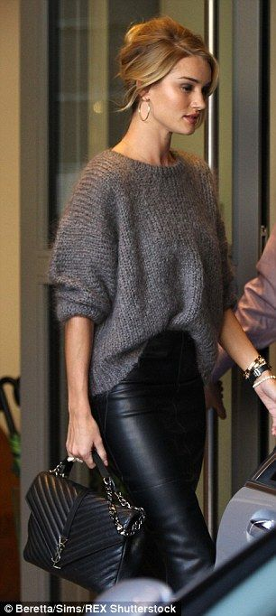 Rosie Huntington-Whiteley is effortlessly stylish in leather skirt #leatherpantsoutfit