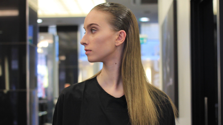 Peina con peine de cola la base de tu cabellera con gel para lograr este look