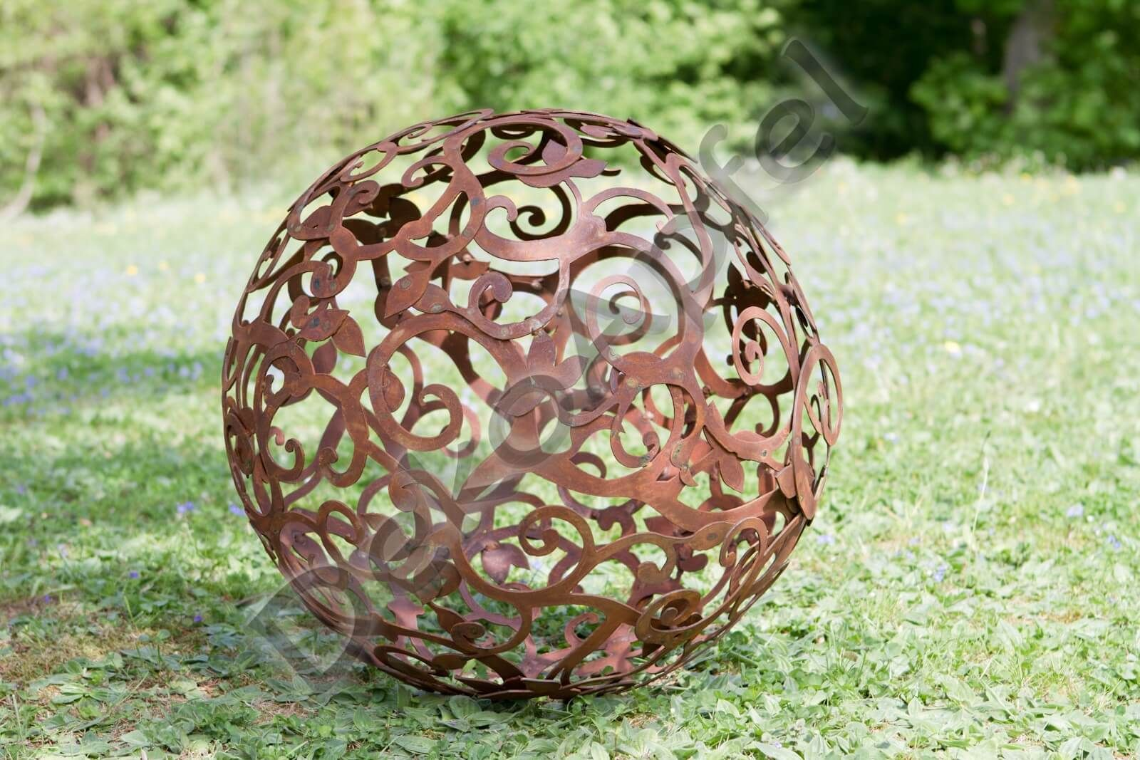 Diese Garten Kugel Ist Etwas Ganz Besonderes Aus Einzelnen Edelrost Blattern Und Asten Von Hand Zusammen Geschweisst Bildet Sie Edelrost Gartenkugeln Garten
