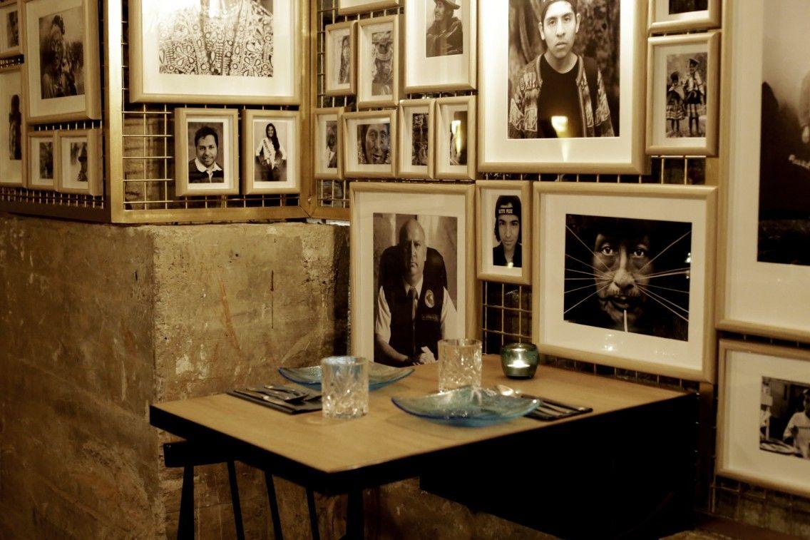 El interior con las mesas altas frente a la barra del Kokka