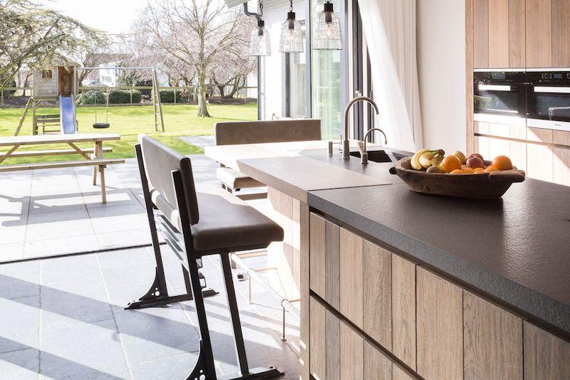 Kookeiland met zitje bar in houten keuken van tinello