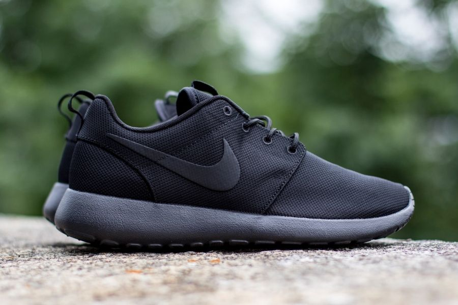 nike roshe run black black