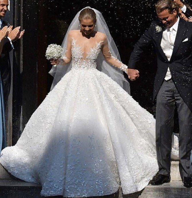 L 39 incroyable robe 800 000 de l 39 h riti re swarovski for Robes de renouvellement de voeux de mariage taille plus