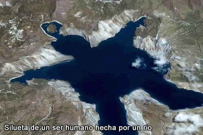 Depresión inundada de agua creada por la erosión de un rio, que asemeja una enorme silueta humana acostada.