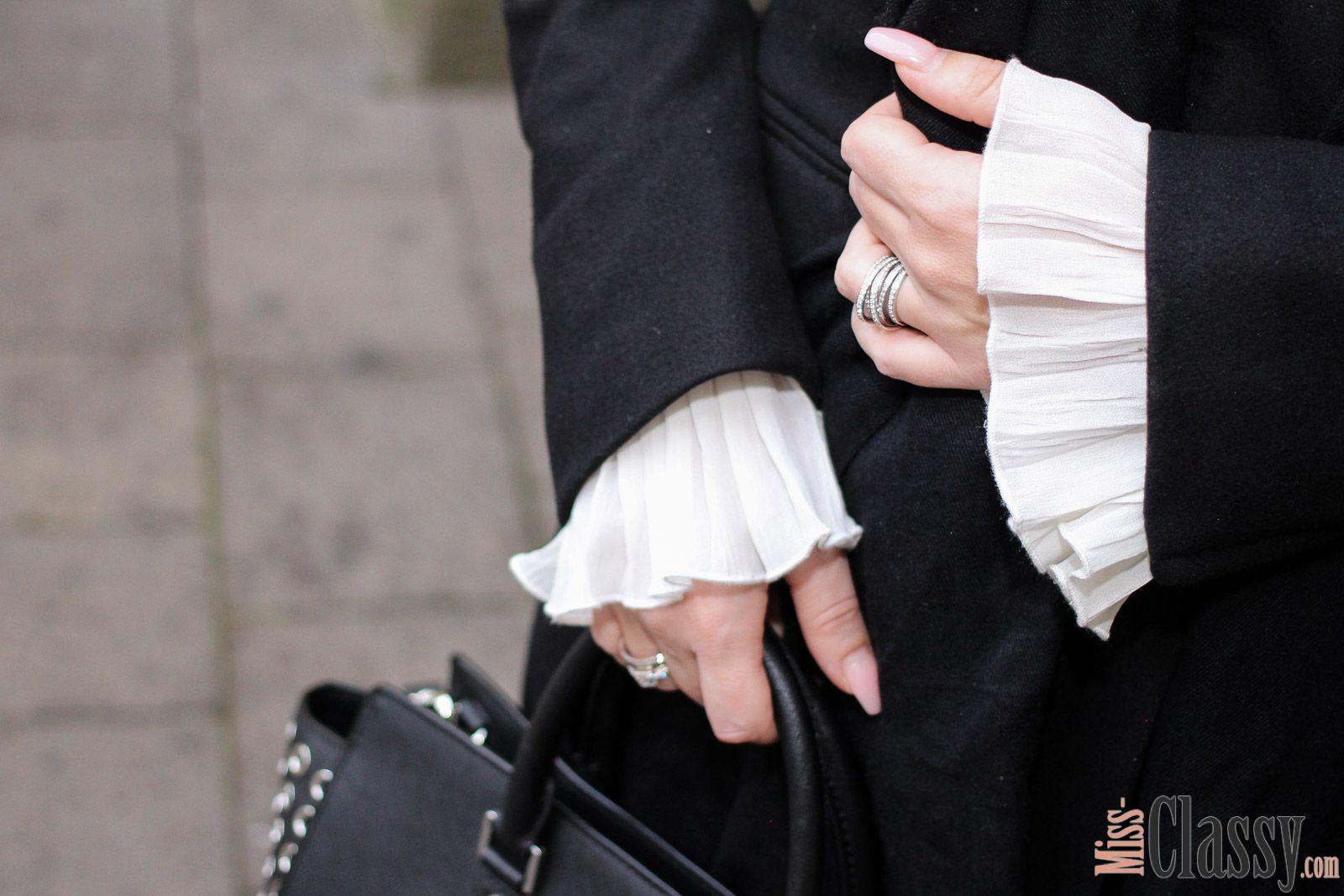 OUTFIT: Schwarzer Wollmantel und weiße Bluse mit