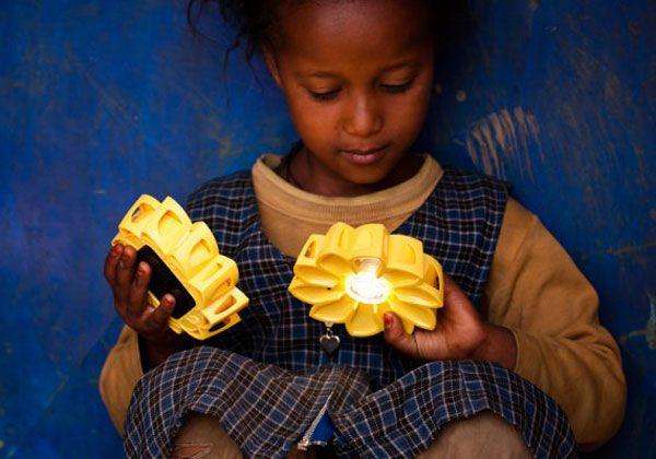 Olafur Eliasson e realizzato con la collaborazione dell'ingegnere Frederik Ottensen vuole rispondere a questa domanda. Little Sun è una torcia a energia solare in grado di fornire 5 ore di luce dopo 5 ore di esposizione a una fonte luminosa