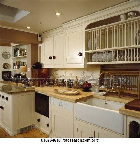 prato, prateleira, acima, branca, cerâmico, pia, e, integral, dishwasher, em, neutro, cozinha Ampliar Foto
