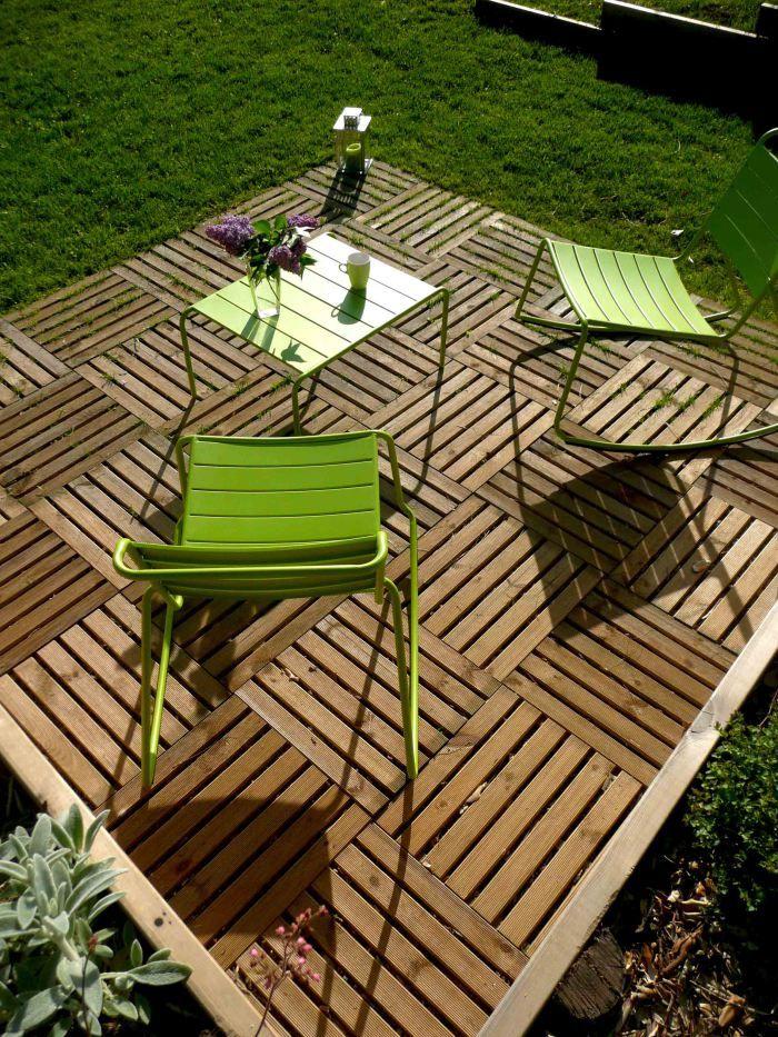 JEUX DE NIVEAUX Terrasse caillebotis bois, mobilier métal coloré