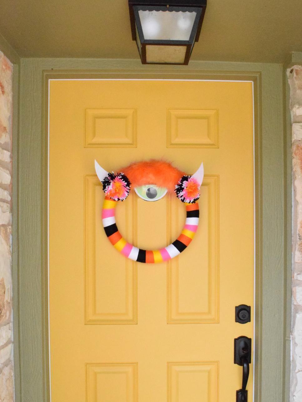 10 Funny and Cute DIY Halloween Wreaths | Monster wreath, DIY ...