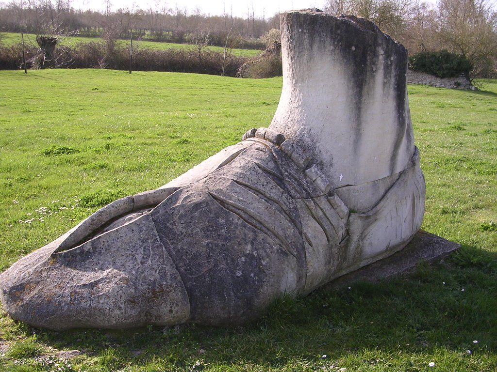Pied de Goliath.Abbaye de Maillezais. Pays-de-la-Loire
