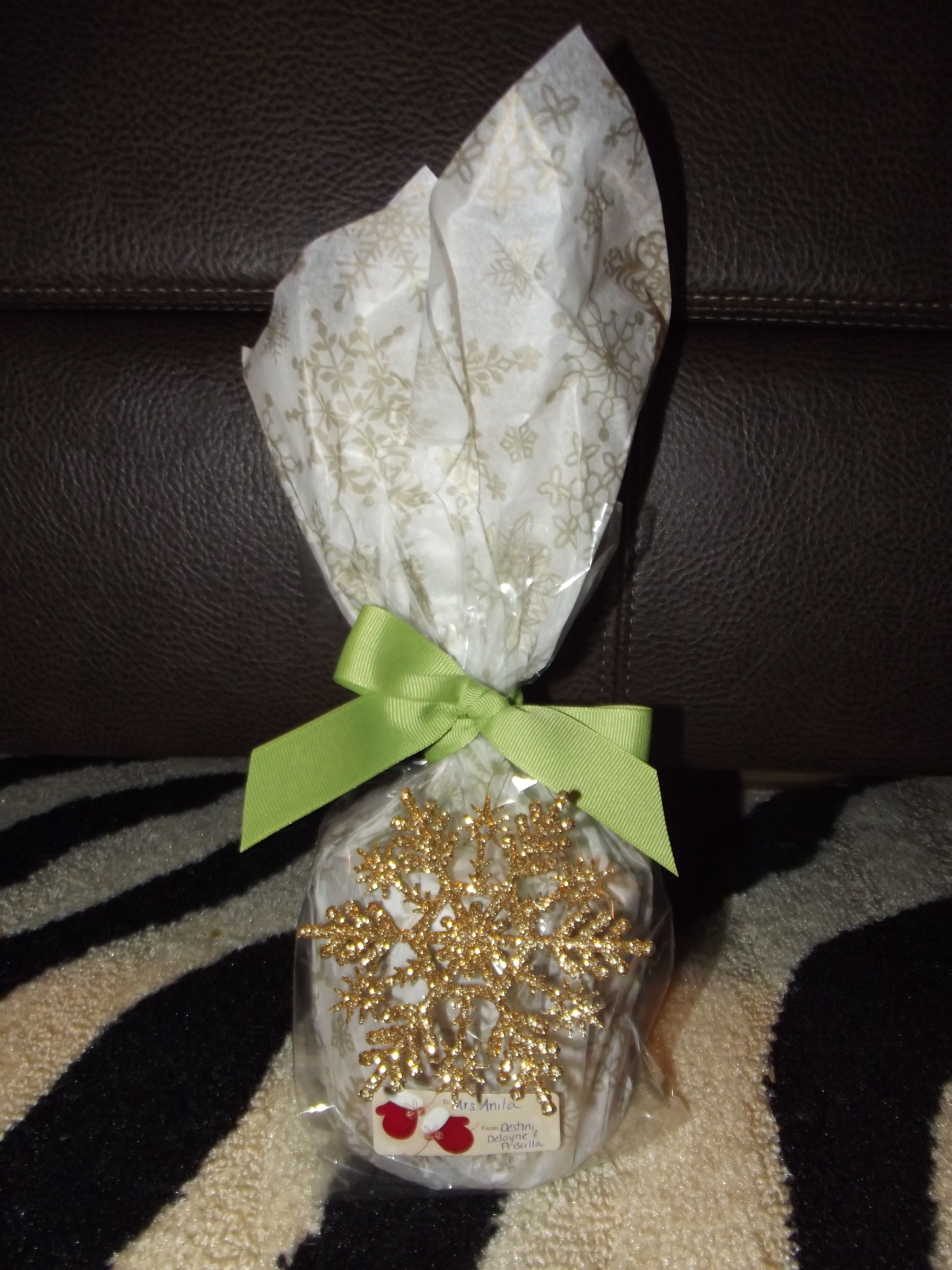A Really Cute Idea For Wrapping Candles I Love B Wrap The Candle In Tissue Paper Stick It In A Cellophane Bag Tie With Candle Wrap Craft Gifts Cute Gifts