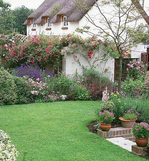 Cottage garden jolie maison avec toit de chaume y jardin Cline