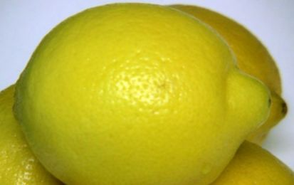 Limoni farciti - Questa ricetta propone un freschissimo piatto estivo, i limoni farciti con uova sode e polpa di granchio, da servire appunto a temepratura molto fredda come antipasto o come aprt edi un buffet.