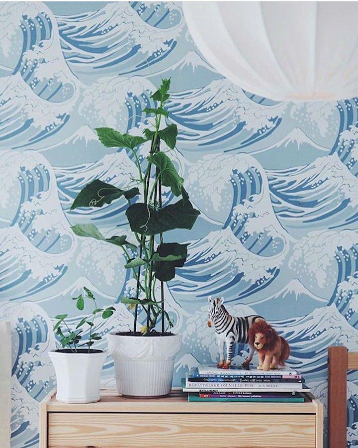 Una decoración muy surfer con el papel de pared con olas papel