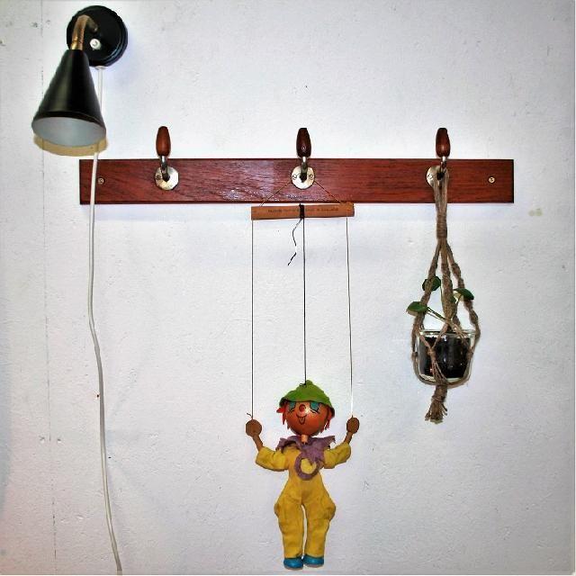 Knagerække i teak med fine teak-dippedutter, 60 cm. Messingen er lidt anløben. 300 kr.  Væglampen fra E.S. Horn koster 200 kr.  Marionetdukken er fra engelske Pelham Puppets, han er skøn og koster 200 kr. ¤   #teakknage #teakknagerække #teakknager #knagerække #natlampe #væglampe #retrolampe #retrovæglampe #natlampe #retronatlampe #sprællemand #pelhampuppets #marionetdukke #pilea #hængeplante #plantehænger #frederiksberg #skæppeskønt