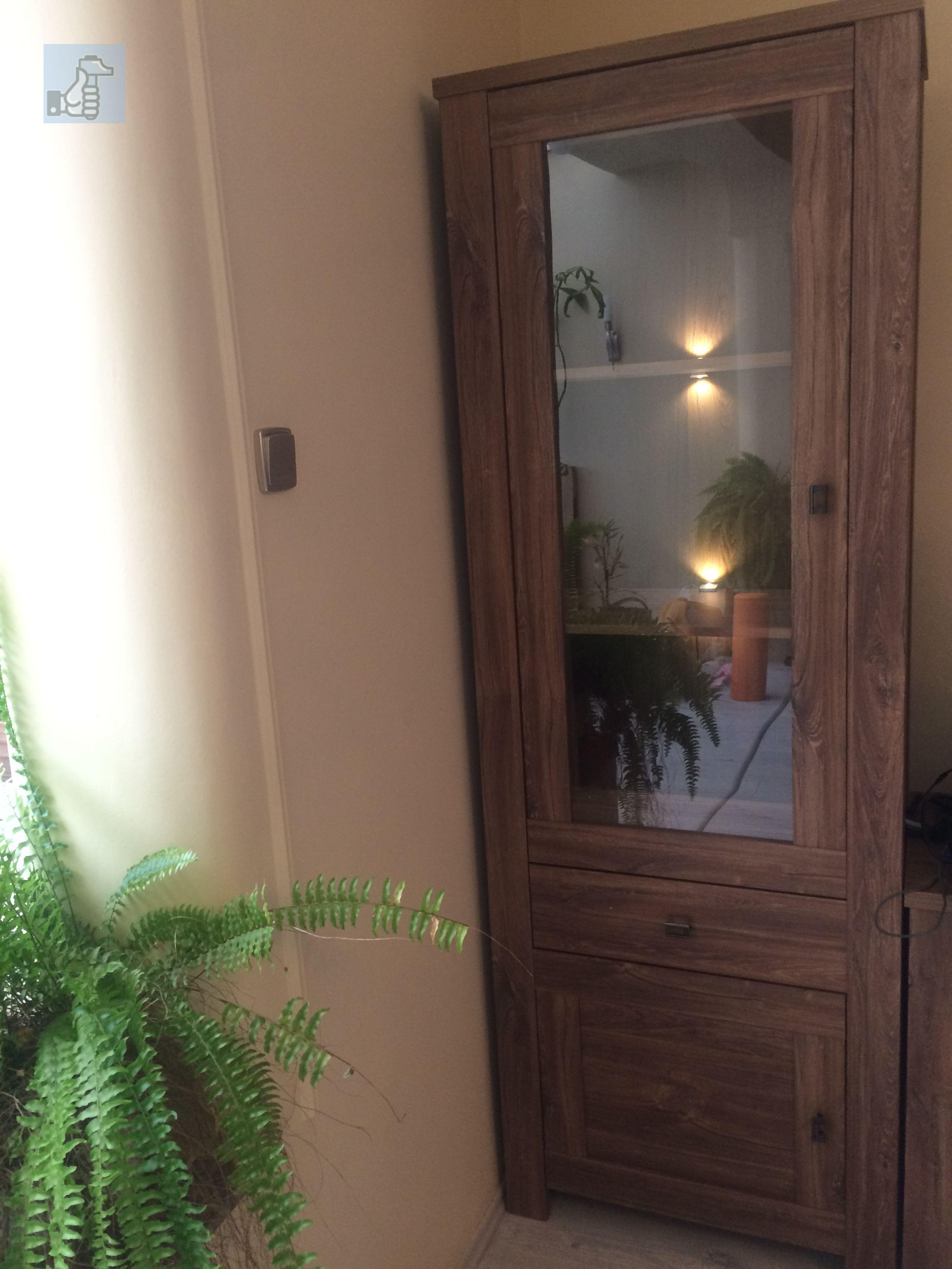 Lapra szerelt vitrines szekrény beépített világítással. Ez a ...