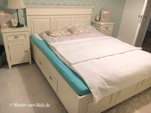 Doppelbett im Landhausstil mit einem geraden Kopfteil und Fußteil - landhausstil schlafzimmer weiss ideen