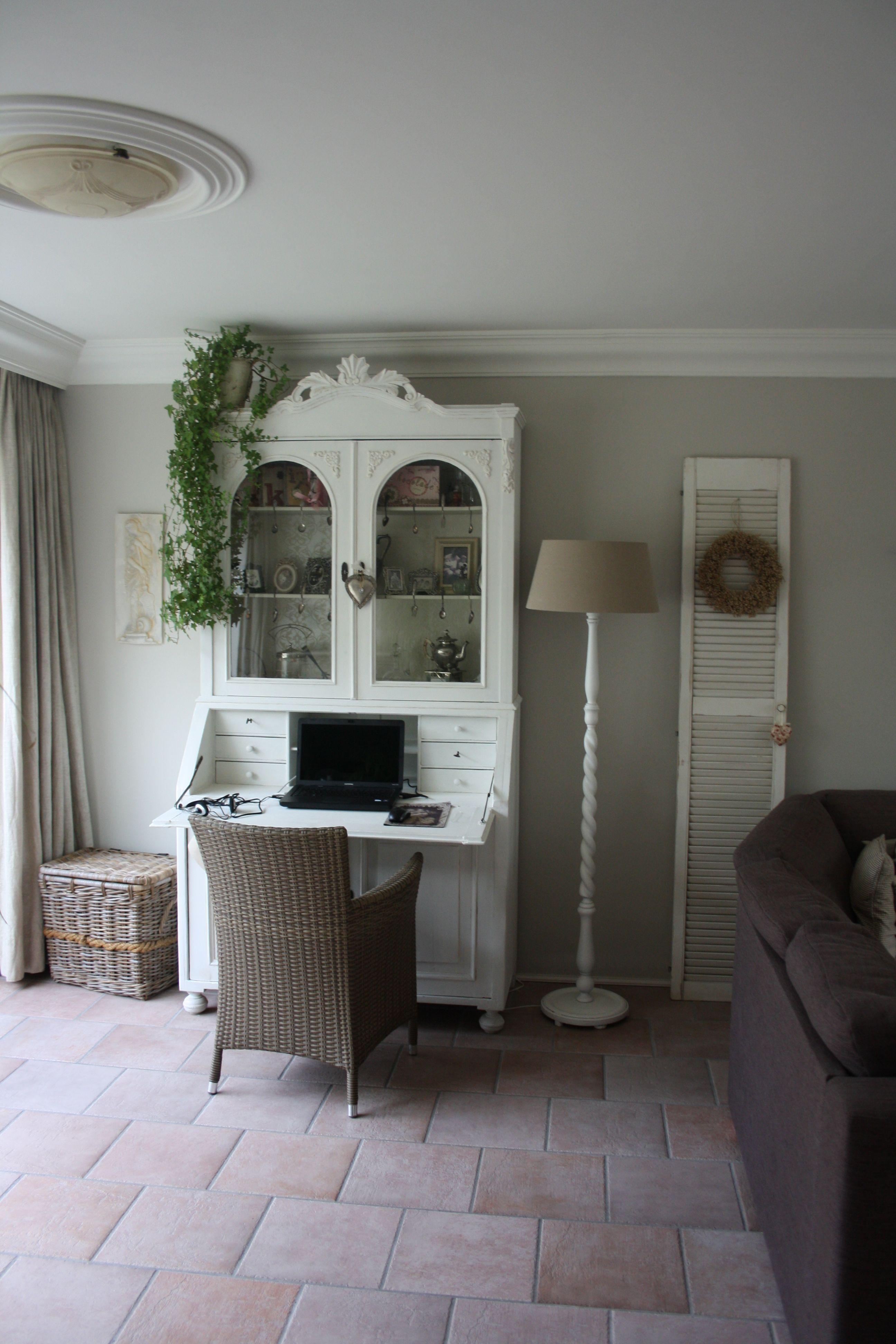 De antieke kast is geverfd met white linen van annie sloan en op de muur zit chalk van - Muur hutch ...