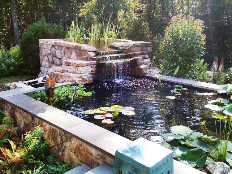Kaskadenförmiger Bachlauf verbindet zwei Gartenteiche ...