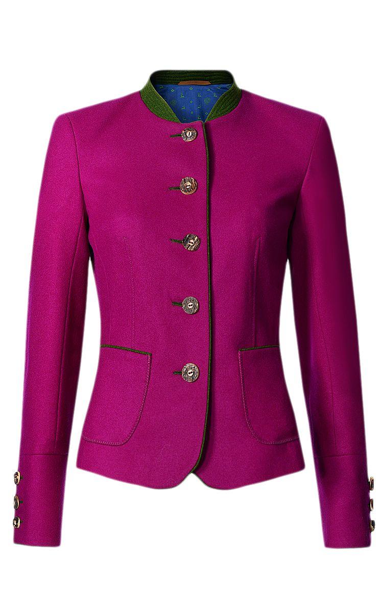 Figurnah geschnittener Trachten-Blazer der Kleidermanufaktur Habsburg in Violett. Die Trachtenjacke verfügt über eine durchgehende Knopfleiste, aufgesetzte Fronttaschen, einen Stehkragen in Grün, Ellbogen-Patches in Grün sowie über ein Baumwoll-Teilfutter mit Hirschmotiv. Der Blazer ist aus Schurwolle gefertigt.