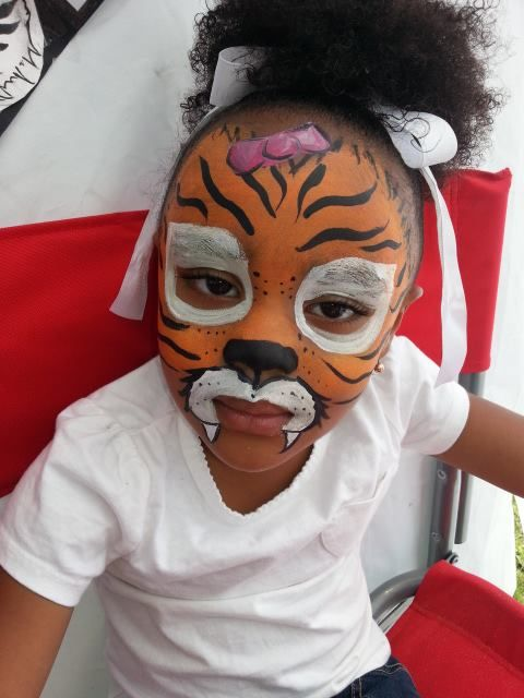 Tiger Face / Tiger Mask with pink bow and fangs - Easy Face Painting Ideas - Simple Face Paint Idea #facepaint #facepainter #facepainting #easyfacepainting #easyfacepaintingideas #tiger #tigermask #tigerface