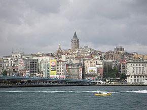 """""""Ponte Gálata""""; """"Bairro de Karaköy"""" ao fundo. Estreito de Bósforo. Istambul, Turquia."""