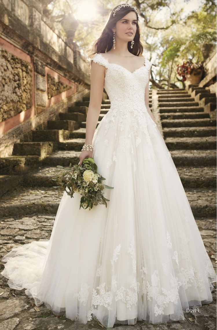 D1919 This swoonworthy lace and tulle over satin Aline