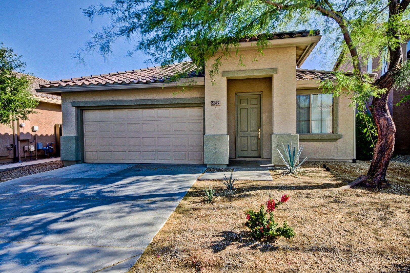 easy care front and backyard just sold anthem community pool