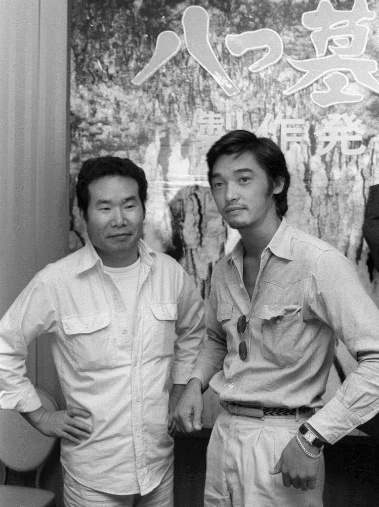 映画「八つ墓村」製作発表で渥美清さん(左)と写真に納まる萩原健一 ...