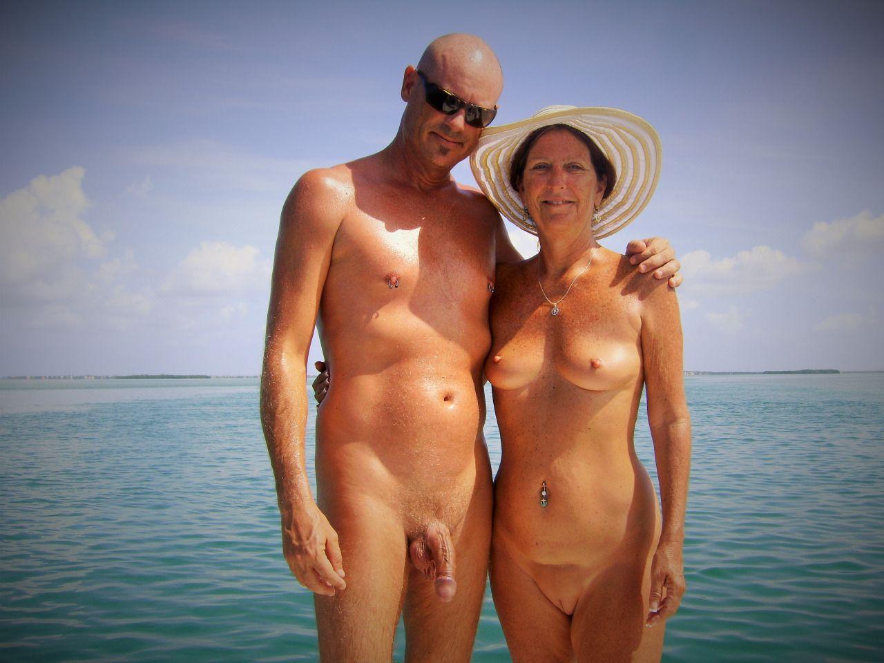 28 de julio, - (10 de mayo) Una pareja se casó desnuda en el campamento naturista de Sunny Acres Lodge en Delray Beach, Florida. Puedes licenciar esta historia a través de AP.