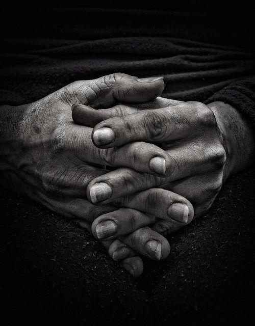hands by Allen_ive, via Flickr  Molto spesso le mani riescono a comunicare molto di più di mille parole, con questo scatto si può percepire la vita di una donna , riportando alla luce tutte le esperienze che hanno forgiato queste mani!