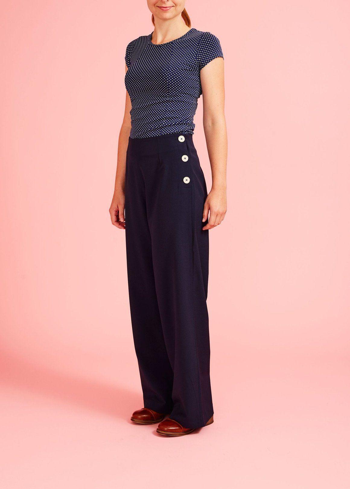 23960d24 Mørkeblå, højtaljede bukser med lige, vide ben og hvide knapper i siden.  Inspireret