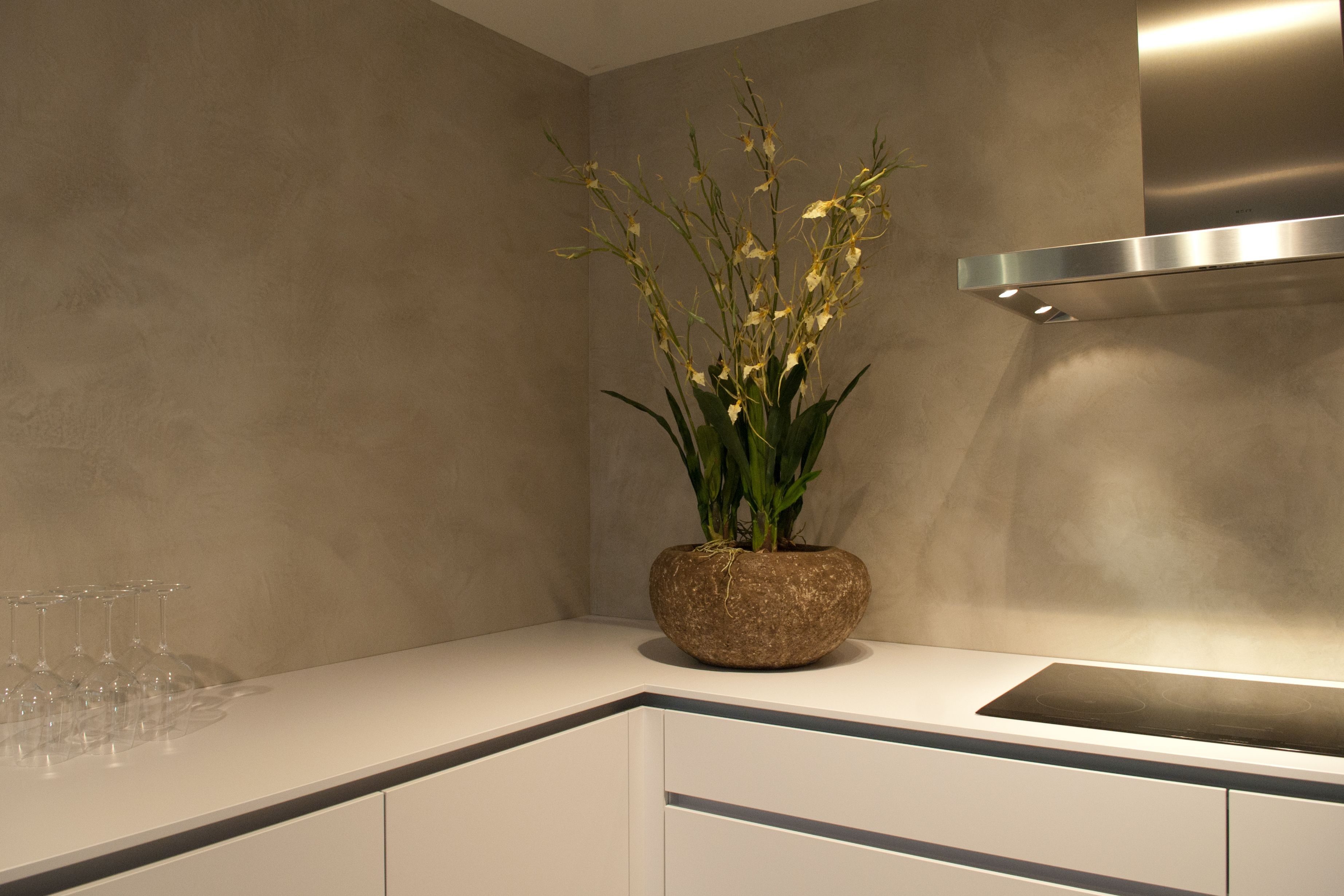 Keukenwand in verbau betonstuc lichte rivierklei te zien in