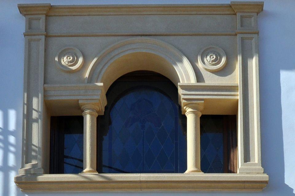 Recercados con molduras de piedra artificial para puertas - Molduras de puertas ...