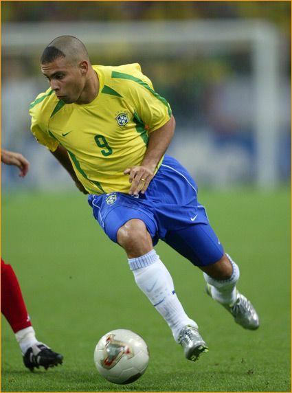 0d71ab6a09b Ronaldo Luís Nazário de Lima (Brasil) ganador del Botín de Oro por marcar 8  goles en Corea Japón 2002 y gana el Balón de Oro en Francia 1998