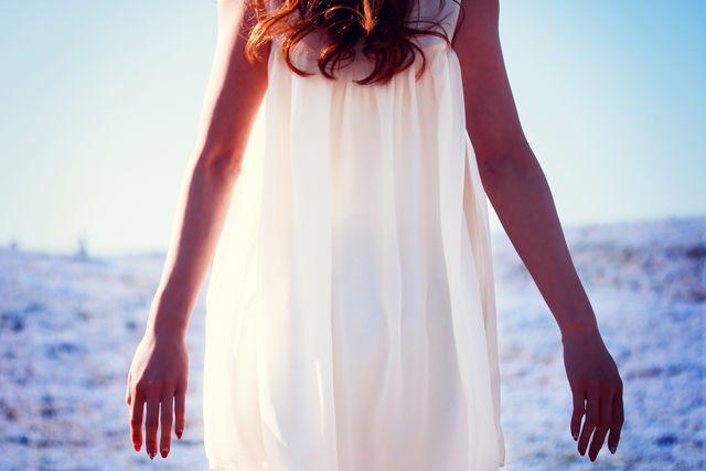 自信を持つことが大事だと頭ではわかっていても、やり方がわからないとお悩みの方は多いでしょう。ここではミス・ユニバース公式コンサルタント、エリカ・アンギャルの著書『自信という名の最上のドレスの手に入れ方』から、自信をつけるための思考エクササイズをご紹介します。