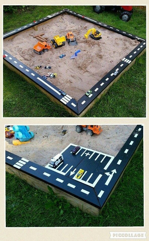 Straße und Parkplatz für den Sandkasten im Garten - Platz für alle Autos deines Kinds #salledejeuxenfant