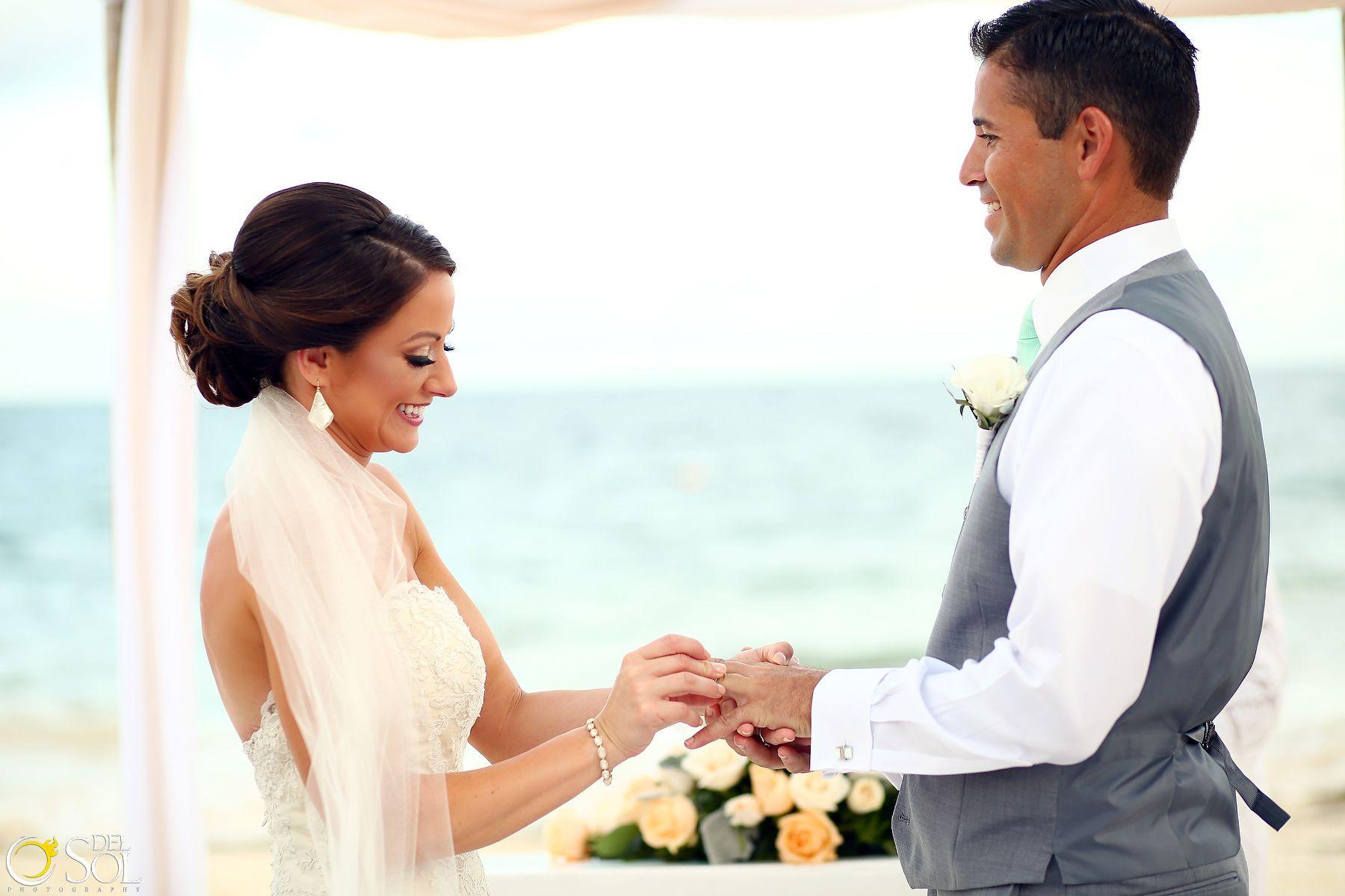 Boda en la playa, intercambio de anillos, maquillaje y peinado por ...