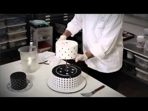 Ron BenIsrael Cutting Serving A Wedding Cake TORTÁS Alapok - Ben Israel Wedding Cakes