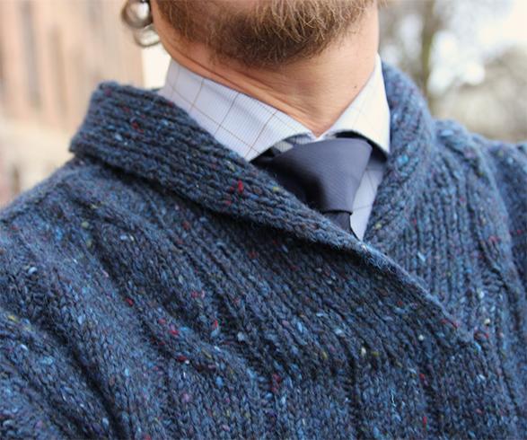 Monteringsfri, raglanfelt genser med fletter. Strikket i Pickles Tweedy, et tjukt garn med robust utseende som passer utmerket til herreplagg.