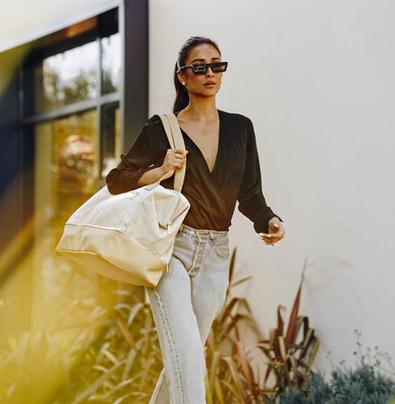 Shay Mitchell showing off her new Beis travel Bag Ropa