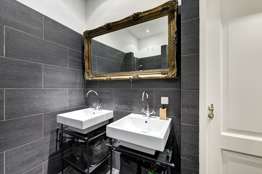 Badkamer Barok Meubels : Prachtig deze gouden barok spiegel in een zwart wit badkamer