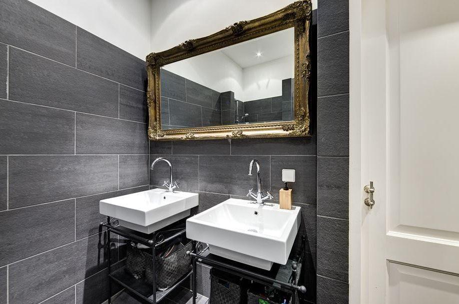 Barok Spiegel Wit : Prachtig deze gouden barok spiegel in een zwart wit badkamer